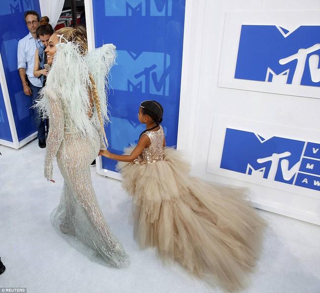 Không phải ngôi sao nào mà cô con gái 4 tuổi của Beyoncé mới là người diện bộ đồ đắt nhất đến VMAs - Ảnh 3.