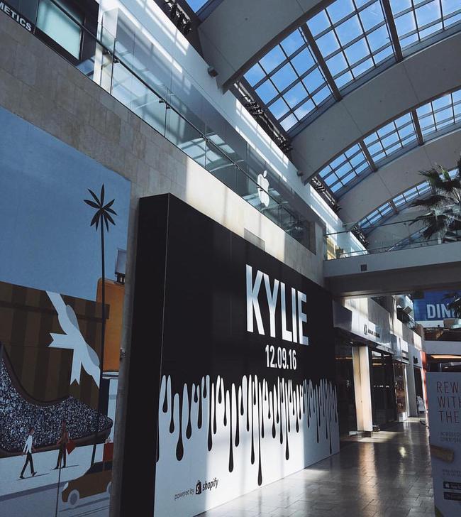Kylie Jenner khai trương pop-up store, fan xếp hàng chật kín trung tâm thương mại - Ảnh 2.