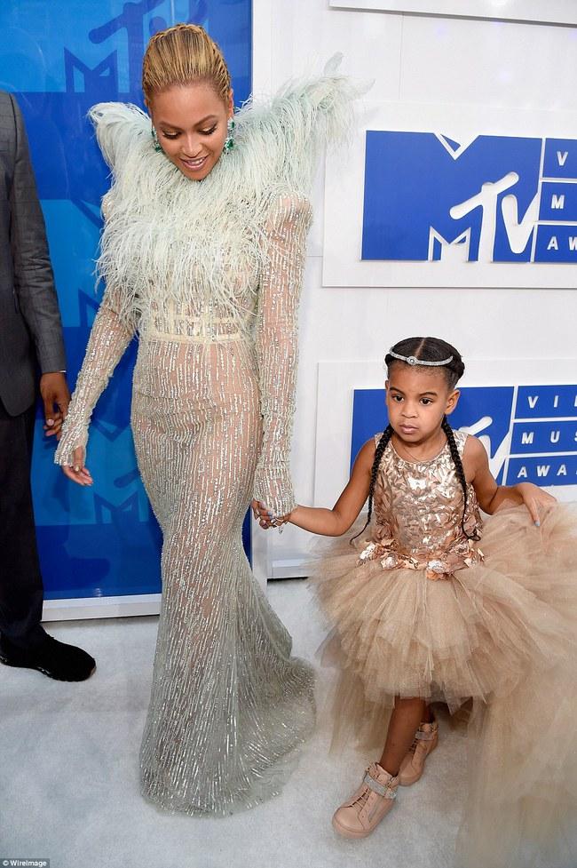 Không phải ngôi sao nào mà cô con gái 4 tuổi của Beyoncé mới là người diện bộ đồ đắt nhất đến VMAs - Ảnh 4.