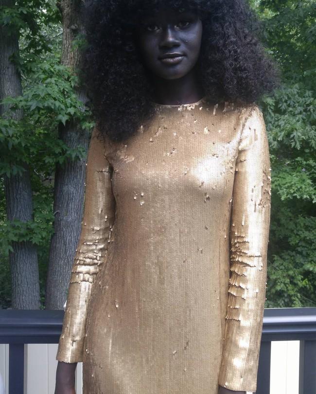Bị bắt nạt suốt nhiều năm vì làn da sẫm màu như đồng đen, cô gái này vẫn trở thành người mẫu và tỏa sáng - Ảnh 3.