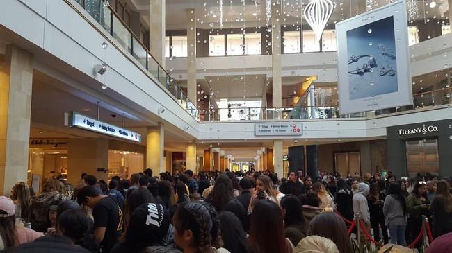 Kylie Jenner khai trương pop-up store, fan xếp hàng chật kín trung tâm thương mại - Ảnh 5.