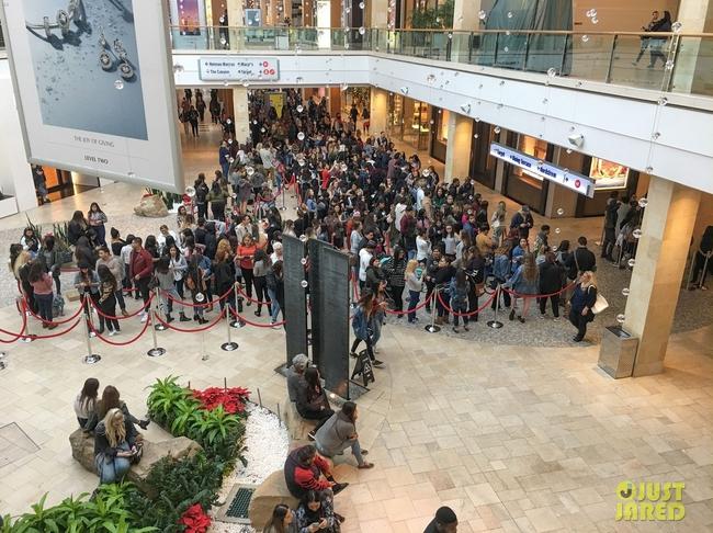 Kylie Jenner khai trương pop-up store, fan xếp hàng chật kín trung tâm thương mại - Ảnh 6.