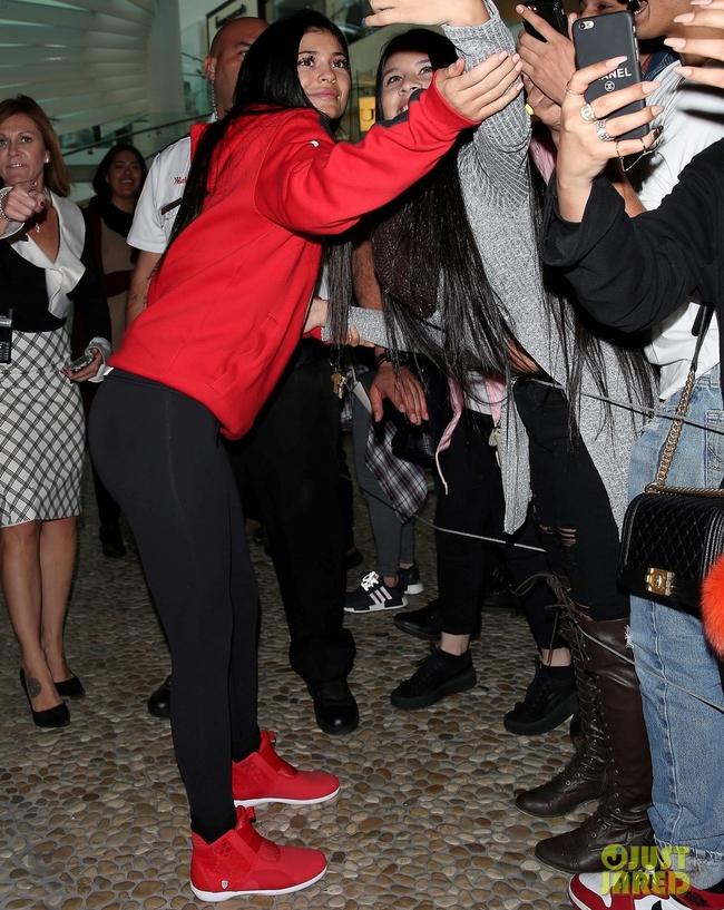 Kylie Jenner khai trương pop-up store, fan xếp hàng chật kín trung tâm thương mại - Ảnh 10.
