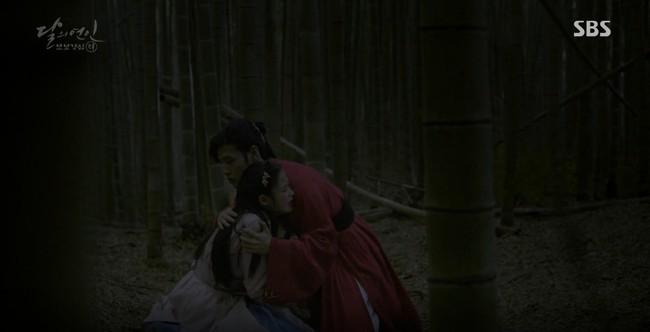 Moon Lovers: Đánh nhau chán chê, hoàng tử Baekhyun lại đột nhiên phải lòng IU - Ảnh 18.