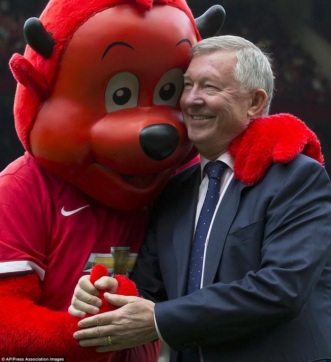 Những hình ảnh vui nhộn giữa huấn luyện viên và linh vật ở Premier League - Ảnh 1.