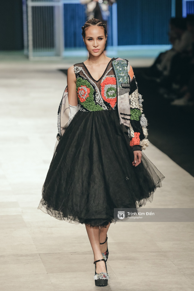 Hot girl Hà Lade tái xuất sàn catwalk, Hoàng Thùy làm vedette trong đêm diễn thứ 2 của Vietnam International Fashion Week - Ảnh 2.