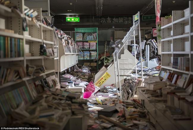 Chùm ảnh: Những bức hình ám ảnh về thị trấn ma sau thảm họa nhà máy hạt nhân Fukushima, Nhật Bản 2011 - Ảnh 1.
