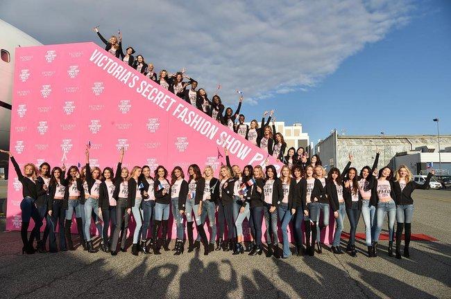 Dàn thiên thần Victorias Secret tưng bừng lên đường sang Paris chuẩn bị cho VSFS 2016 - Ảnh 1.