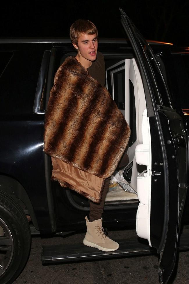 Có một sự giống không hề nhẹ! Chăn lông sang chảnh của Justin Bieber bị ví như món ức gà nướng - Ảnh 1.