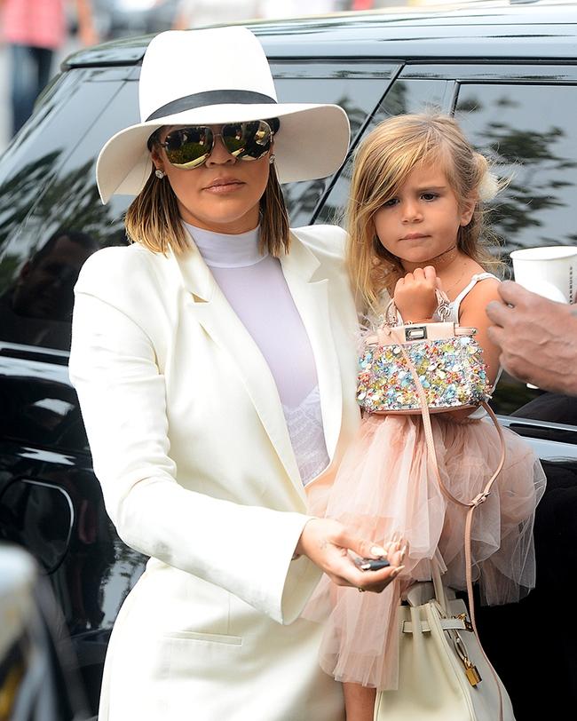 Không phải ngôi sao nào mà cô con gái 4 tuổi của Beyoncé mới là người diện bộ đồ đắt nhất đến VMAs - Ảnh 11.