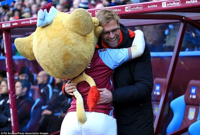 Những hình ảnh vui nhộn giữa huấn luyện viên và linh vật ở Premier League - Ảnh 5.