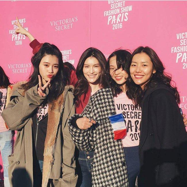 Dàn thiên thần Victorias Secret tưng bừng lên đường sang Paris chuẩn bị cho VSFS 2016 - Ảnh 15.