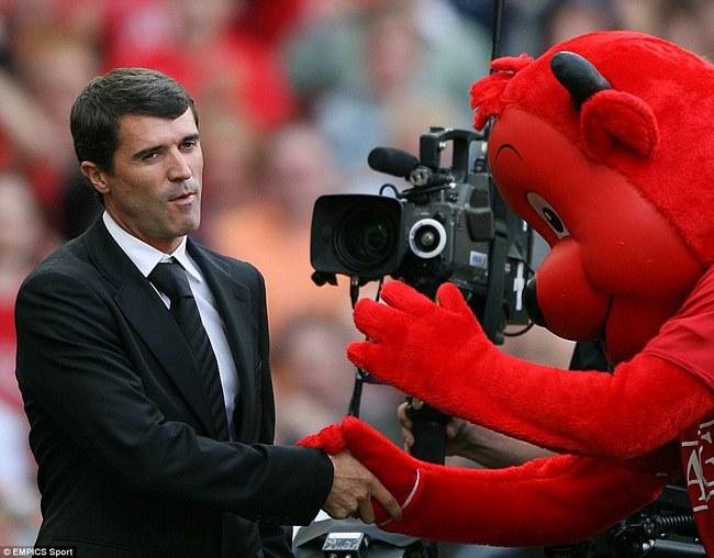 Những hình ảnh vui nhộn giữa huấn luyện viên và linh vật ở Premier League - Ảnh 6.
