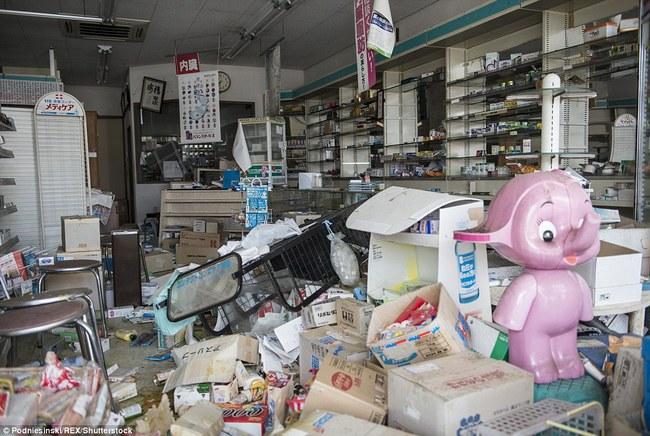 Chùm ảnh: Những bức hình ám ảnh về thị trấn ma sau thảm họa nhà máy hạt nhân Fukushima, Nhật Bản 2011 - Ảnh 12.