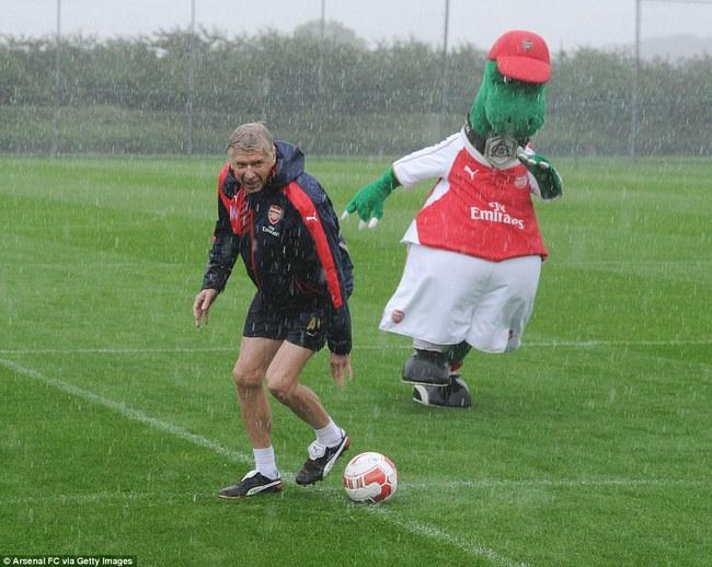 Những hình ảnh vui nhộn giữa huấn luyện viên và linh vật ở Premier League - Ảnh 7.