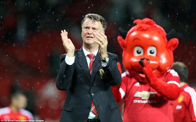 Những hình ảnh vui nhộn giữa huấn luyện viên và linh vật ở Premier League - Ảnh 8.
