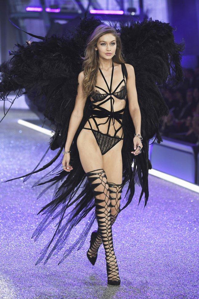 Có là thần nhãn bạn mới nhận ra sự cố trang phục của Gigi Hadid trên runway Victorias Secret Show 2016 - Ảnh 1.
