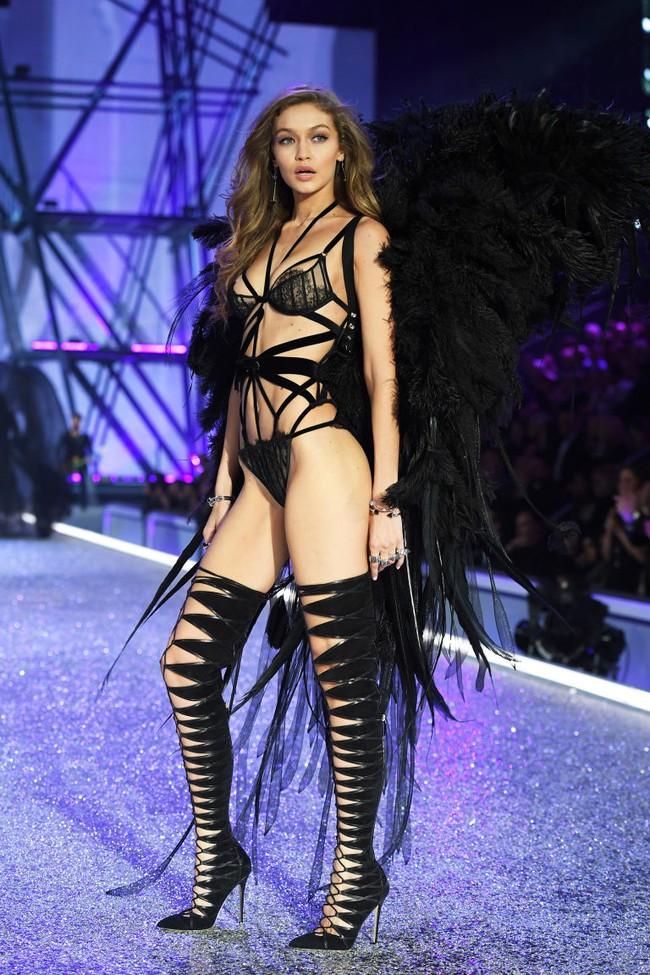 Có là thần nhãn bạn mới nhận ra sự cố trang phục của Gigi Hadid trên runway Victorias Secret Show 2016 - Ảnh 3.