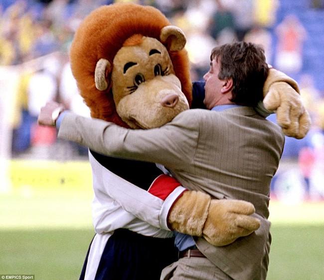 Những hình ảnh vui nhộn giữa huấn luyện viên và linh vật ở Premier League - Ảnh 9.