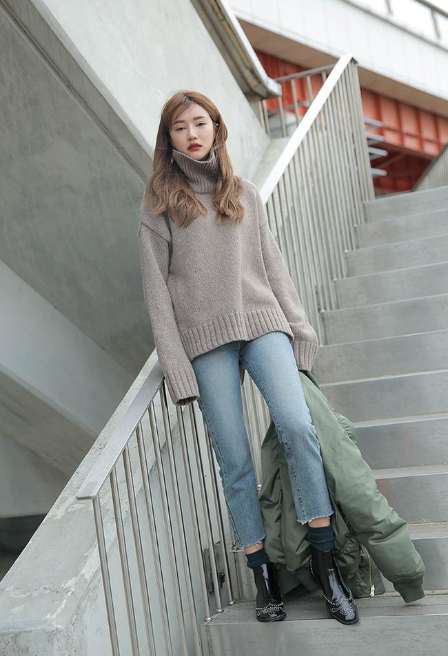 Mùa của những chiếc áo len cổ lọ đã đến, và đây là 7 cách diện thật chuẩn item này - Ảnh 1.