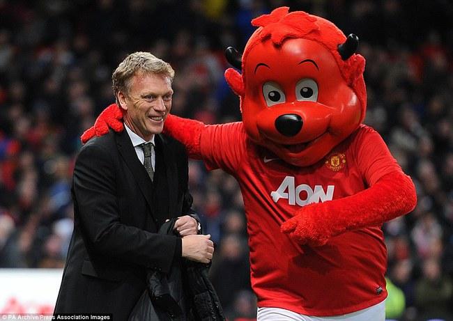 Những hình ảnh vui nhộn giữa huấn luyện viên và linh vật ở Premier League - Ảnh 2.