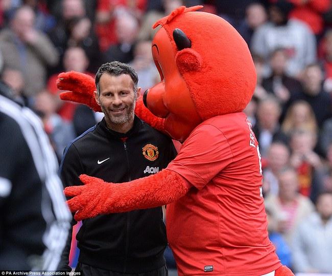 Những hình ảnh vui nhộn giữa huấn luyện viên và linh vật ở Premier League - Ảnh 3.