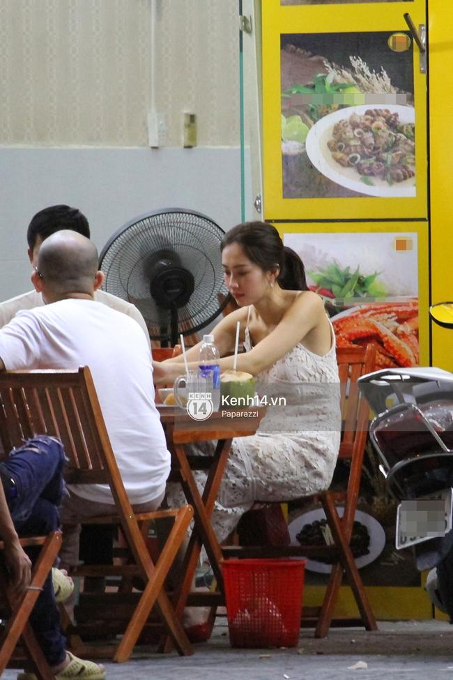 Hoa hậu Thu Thảo diện váy trắng, thoải mái ngồi ăn ốc trên lề đường - Ảnh 3.