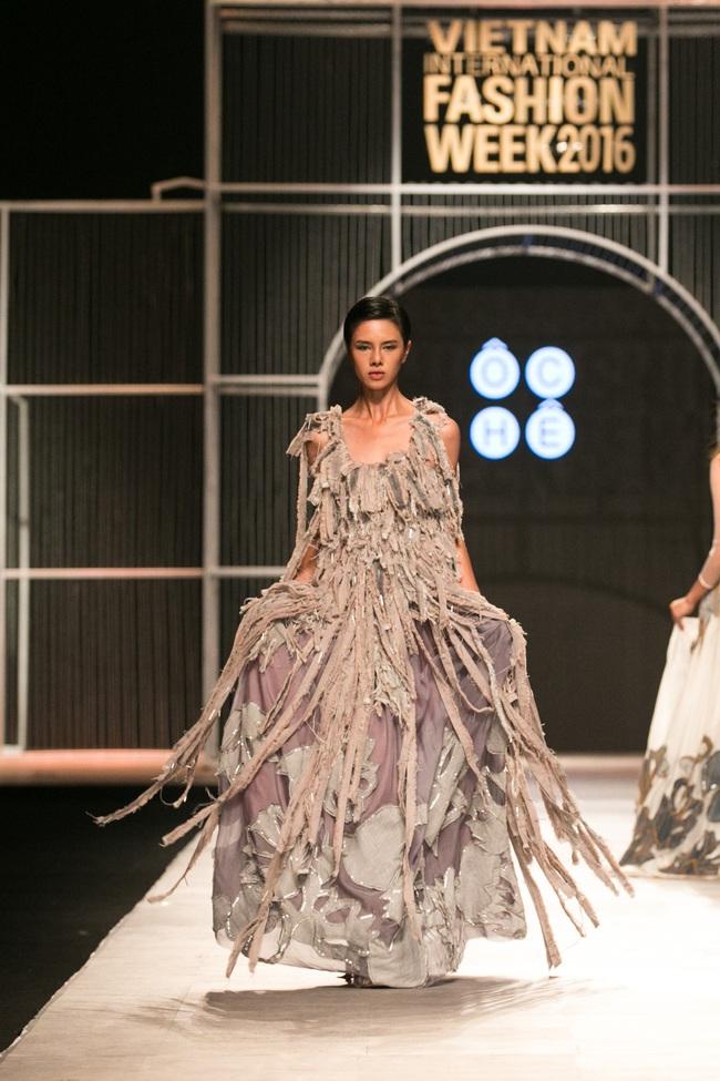 Hot girl Hà Lade tái xuất sàn catwalk, Hoàng Thùy làm vedette trong đêm diễn thứ 2 của Vietnam International Fashion Week - Ảnh 102.