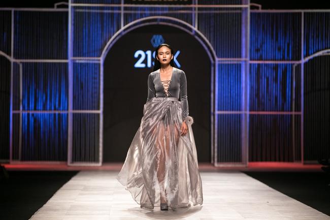Phí Phương Anh lại xuất hiện trên sàn diễn thời trang, đọ trình catwalk cùng đàn chị - Ảnh 10.