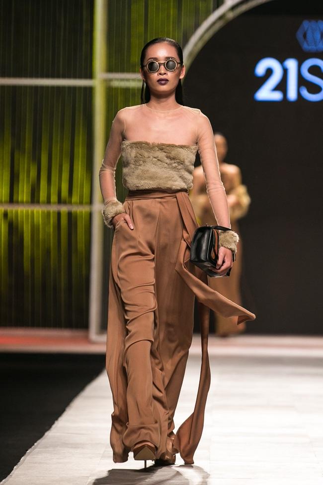 Phí Phương Anh lại xuất hiện trên sàn diễn thời trang, đọ trình catwalk cùng đàn chị - Ảnh 29.