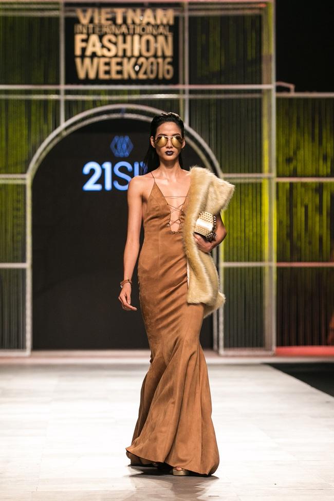 Phí Phương Anh lại xuất hiện trên sàn diễn thời trang, đọ trình catwalk cùng đàn chị - Ảnh 11.