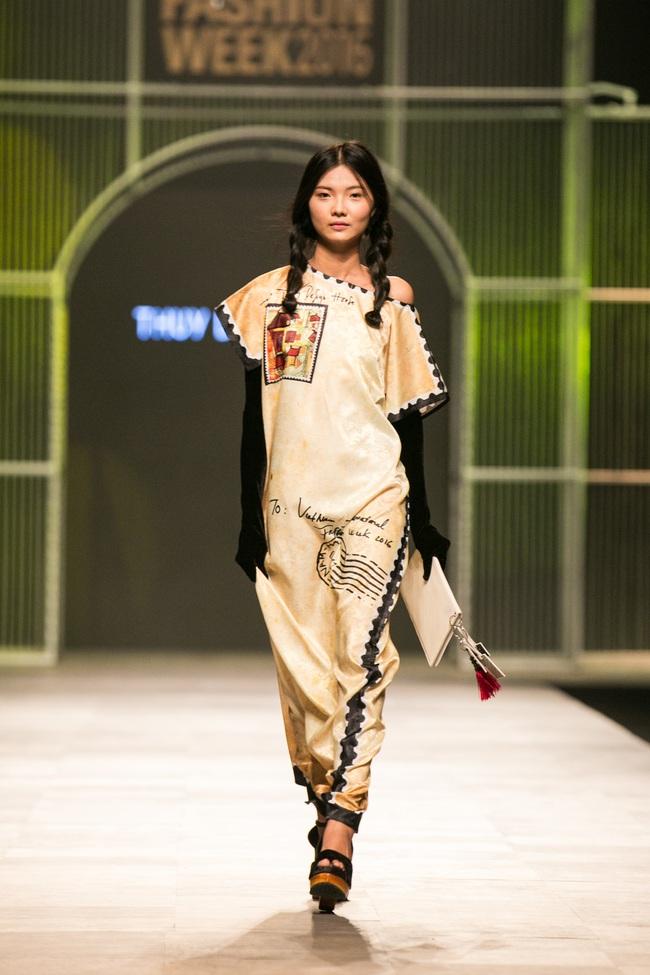 Hot girl Hà Lade tái xuất sàn catwalk, Hoàng Thùy làm vedette trong đêm diễn thứ 2 của Vietnam International Fashion Week - Ảnh 48.