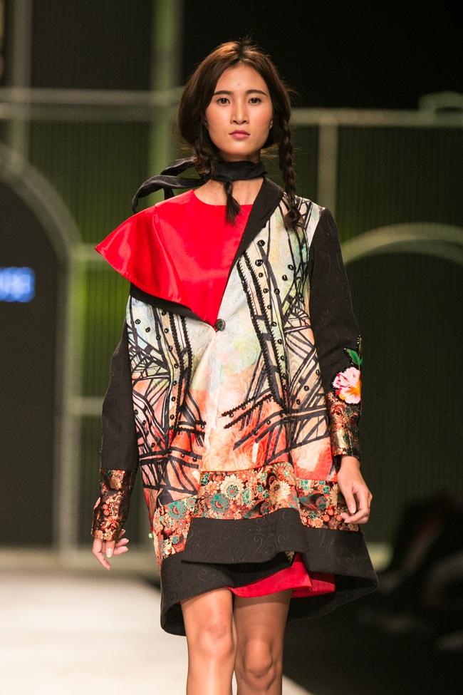 Hot girl Hà Lade tái xuất sàn catwalk, Hoàng Thùy làm vedette trong đêm diễn thứ 2 của Vietnam International Fashion Week - Ảnh 49.