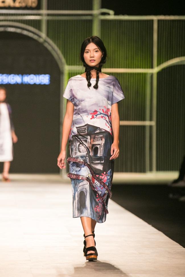 Hot girl Hà Lade tái xuất sàn catwalk, Hoàng Thùy làm vedette trong đêm diễn thứ 2 của Vietnam International Fashion Week - Ảnh 54.