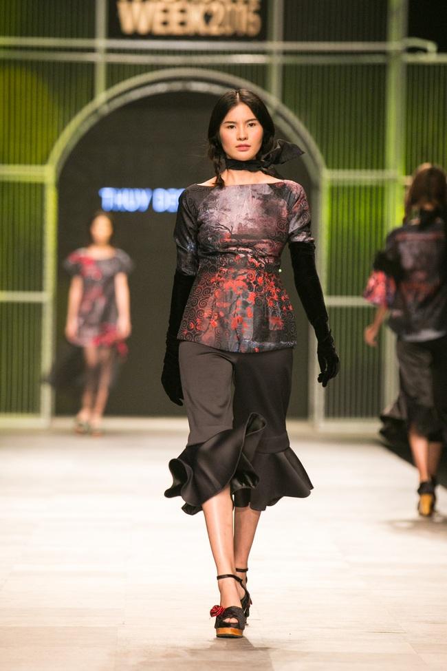 Hot girl Hà Lade tái xuất sàn catwalk, Hoàng Thùy làm vedette trong đêm diễn thứ 2 của Vietnam International Fashion Week - Ảnh 56.