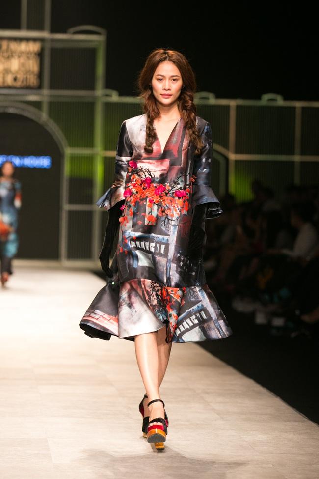 Hot girl Hà Lade tái xuất sàn catwalk, Hoàng Thùy làm vedette trong đêm diễn thứ 2 của Vietnam International Fashion Week - Ảnh 57.