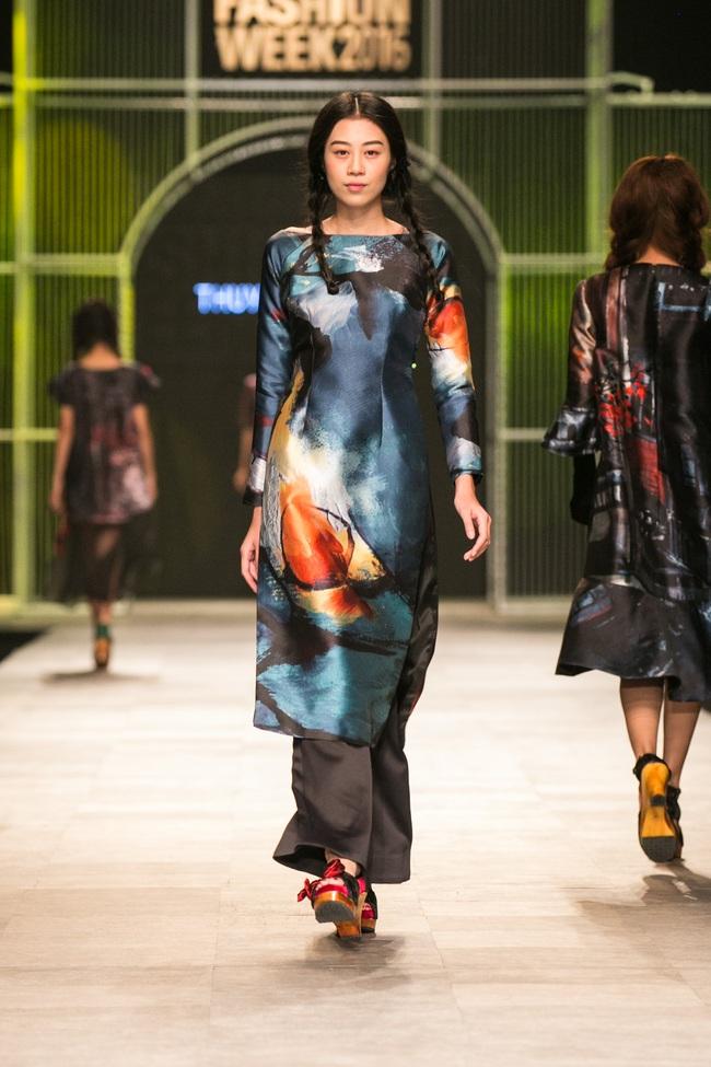 Hot girl Hà Lade tái xuất sàn catwalk, Hoàng Thùy làm vedette trong đêm diễn thứ 2 của Vietnam International Fashion Week - Ảnh 58.