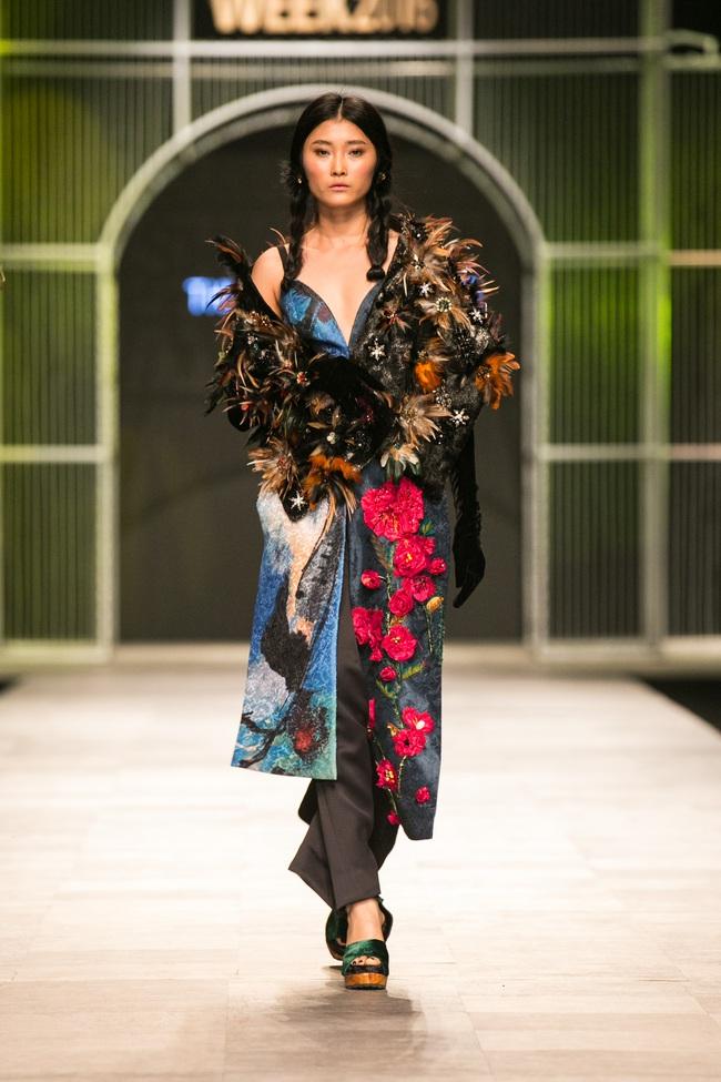 Hot girl Hà Lade tái xuất sàn catwalk, Hoàng Thùy làm vedette trong đêm diễn thứ 2 của Vietnam International Fashion Week - Ảnh 62.