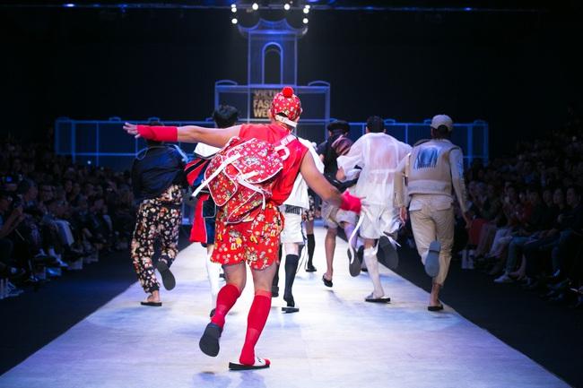 Hot girl Hà Lade tái xuất sàn catwalk, Hoàng Thùy làm vedette trong đêm diễn thứ 2 của Vietnam International Fashion Week - Ảnh 74.