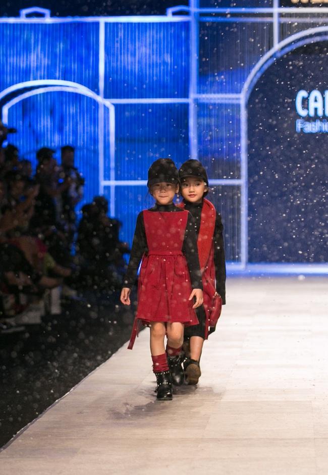 Hot girl Hà Lade tái xuất sàn catwalk, Hoàng Thùy làm vedette trong đêm diễn thứ 2 của Vietnam International Fashion Week - Ảnh 80.