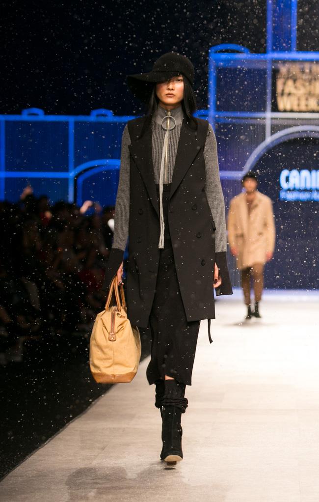 Hot girl Hà Lade tái xuất sàn catwalk, Hoàng Thùy làm vedette trong đêm diễn thứ 2 của Vietnam International Fashion Week - Ảnh 86.