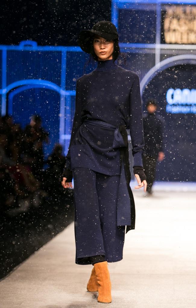 Hot girl Hà Lade tái xuất sàn catwalk, Hoàng Thùy làm vedette trong đêm diễn thứ 2 của Vietnam International Fashion Week - Ảnh 90.