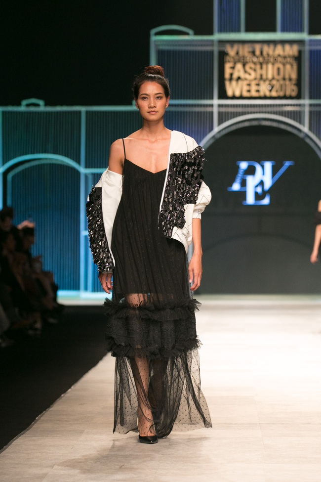 Hot girl Hà Lade tái xuất sàn catwalk, Hoàng Thùy làm vedette trong đêm diễn thứ 2 của Vietnam International Fashion Week - Ảnh 16.