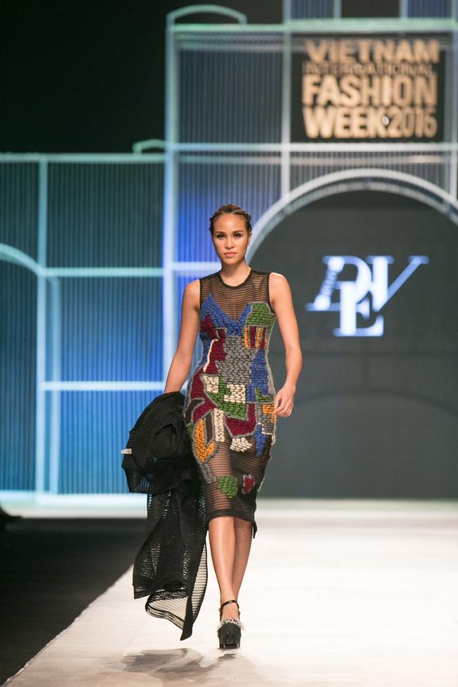Hot girl Hà Lade tái xuất sàn catwalk, Hoàng Thùy làm vedette trong đêm diễn thứ 2 của Vietnam International Fashion Week - Ảnh 17.