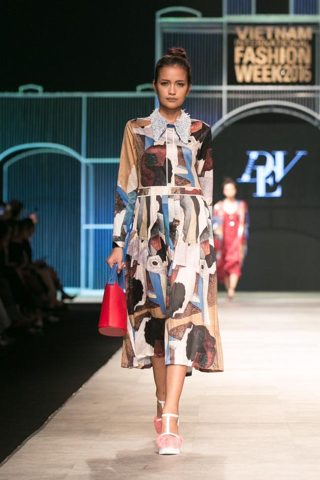 Hot girl Hà Lade tái xuất sàn catwalk, Hoàng Thùy làm vedette trong đêm diễn thứ 2 của Vietnam International Fashion Week - Ảnh 23.