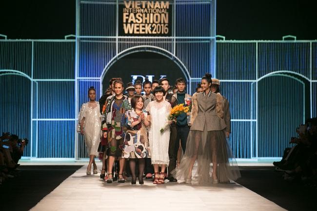 Hot girl Hà Lade tái xuất sàn catwalk, Hoàng Thùy làm vedette trong đêm diễn thứ 2 của Vietnam International Fashion Week - Ảnh 28.