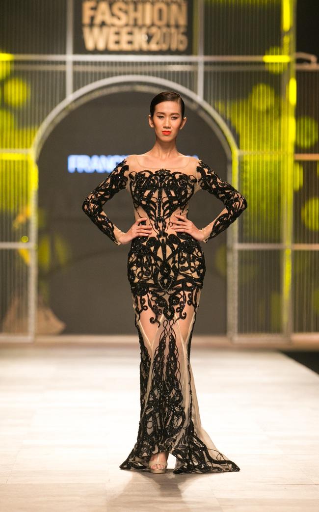 Hot girl Hà Lade tái xuất sàn catwalk, Hoàng Thùy làm vedette trong đêm diễn thứ 2 của Vietnam International Fashion Week - Ảnh 33.