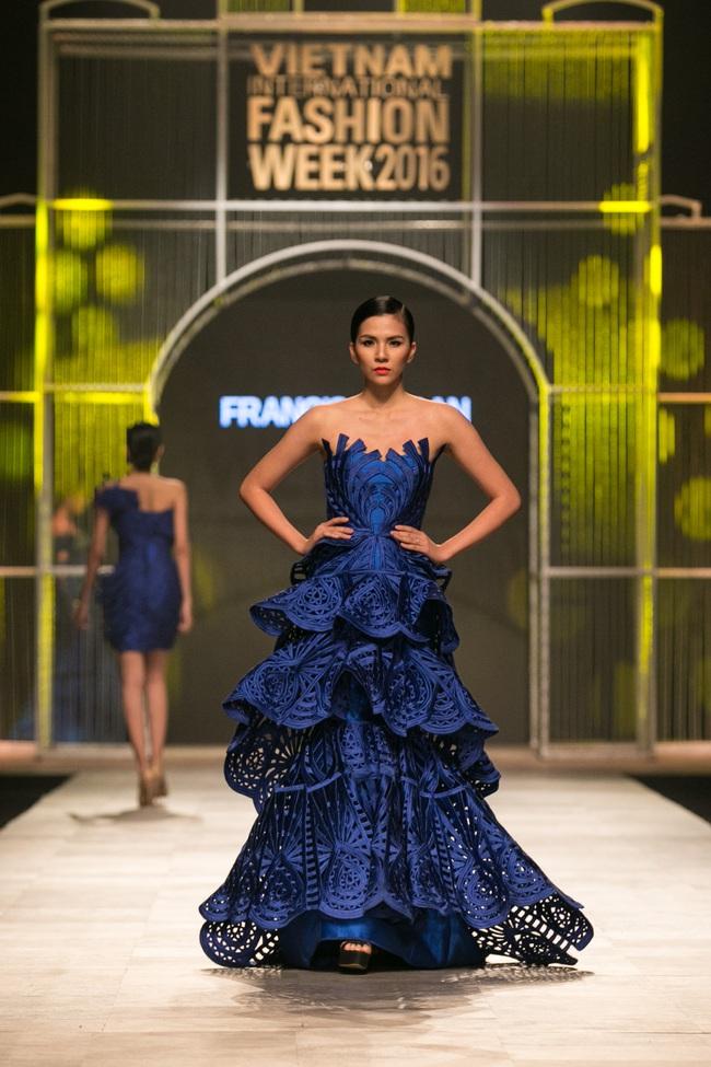 Hot girl Hà Lade tái xuất sàn catwalk, Hoàng Thùy làm vedette trong đêm diễn thứ 2 của Vietnam International Fashion Week - Ảnh 35.