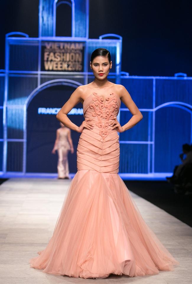 Hot girl Hà Lade tái xuất sàn catwalk, Hoàng Thùy làm vedette trong đêm diễn thứ 2 của Vietnam International Fashion Week - Ảnh 37.