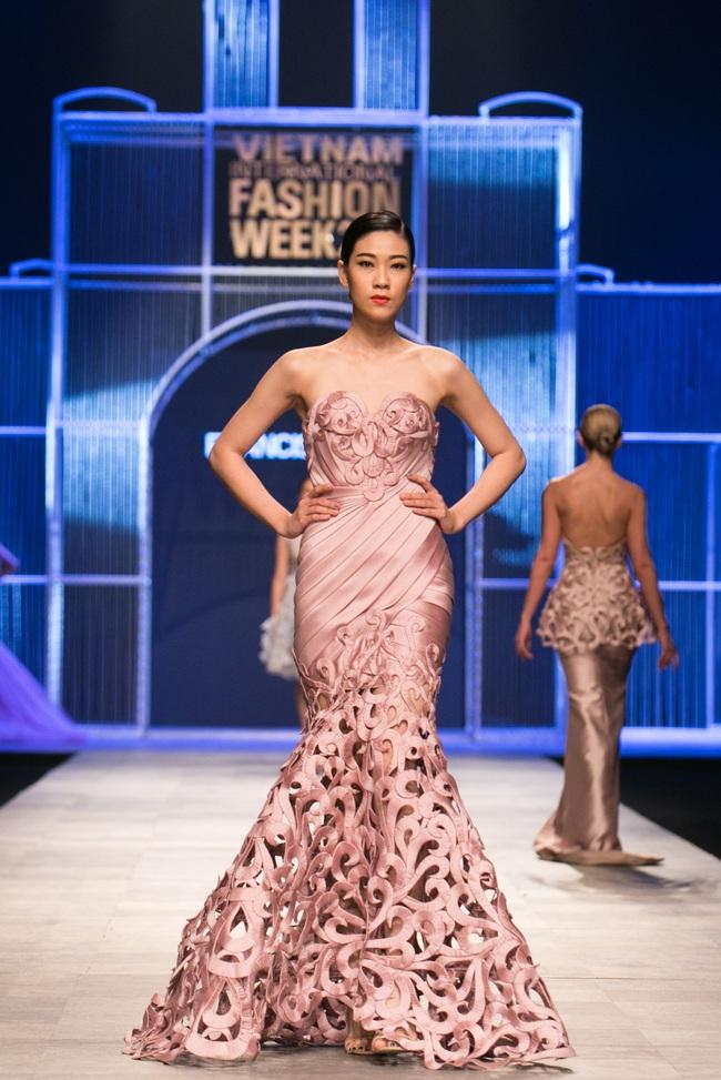 Hot girl Hà Lade tái xuất sàn catwalk, Hoàng Thùy làm vedette trong đêm diễn thứ 2 của Vietnam International Fashion Week - Ảnh 39.
